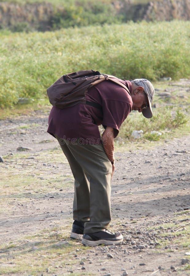 Ytterligheten smärtar i knäet av en man royaltyfri foto