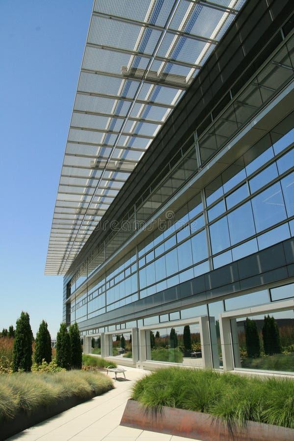 yttermodern kontorswalkway royaltyfri fotografi