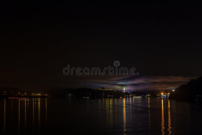 Yttersida av Brnos fördämning i natten, med ljusreflexion i vattnet royaltyfria foton