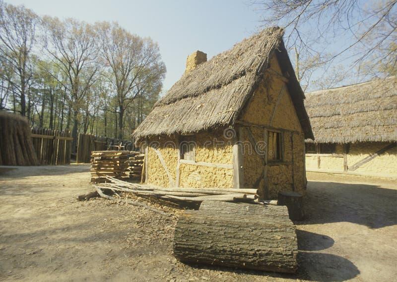 Yttersida av byggnad i historiska Jamestown, Virginia, plats av den första engelska kolonin arkivfoto