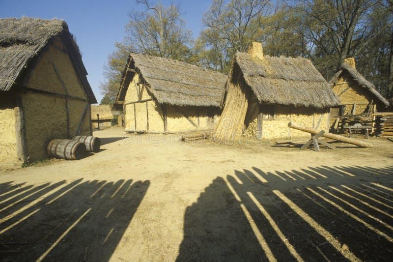 Yttersida av byggnader i historiska Jamestown, Virginia, plats av den första engelska kolonin arkivbild
