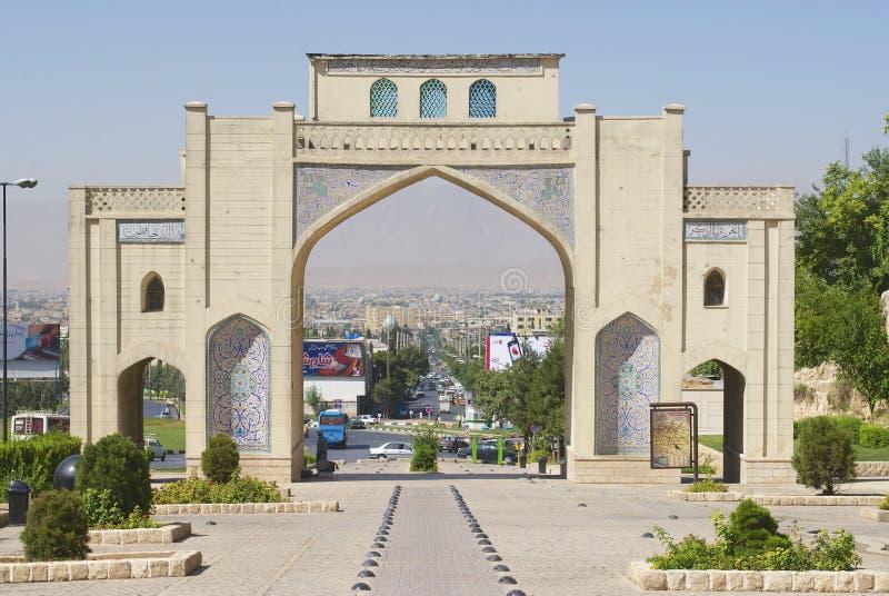 Yttersida av den Darvaze Qurangateinen Shiraz, Iran royaltyfri foto