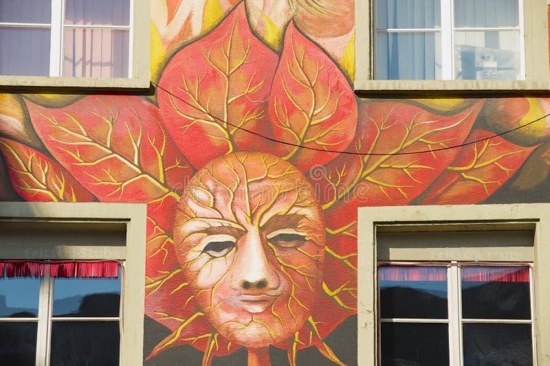 Yttersida av den gamla freskomålningen på den medeltida byggnadsväggen i Lucern, Schweiz fotografering för bildbyråer