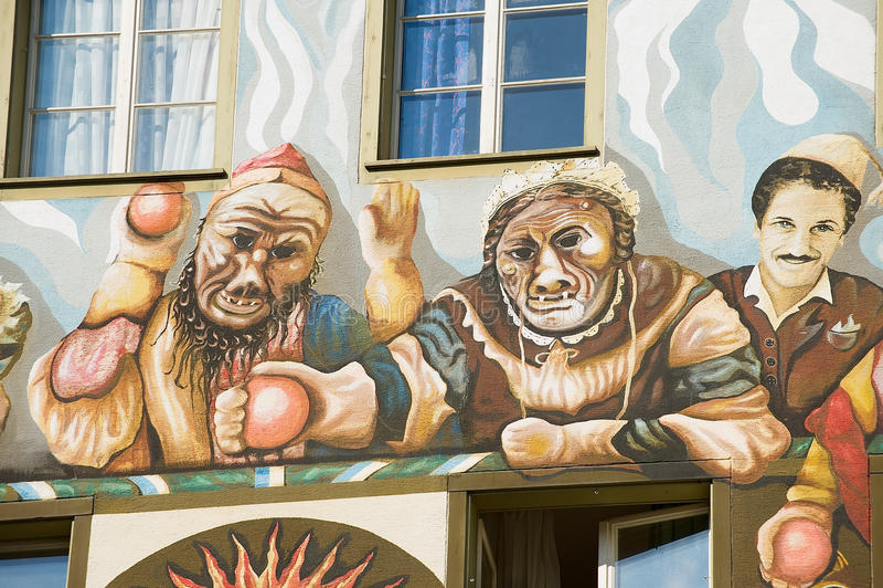 Yttersida av den gamla freskomålningen på den medeltida byggnadsväggen i Lucern, Schweiz royaltyfria bilder