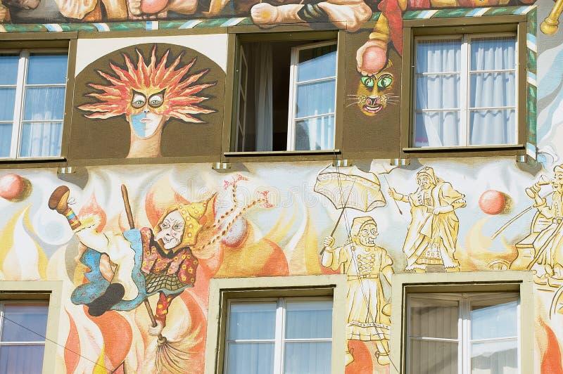 Yttersida av den gamla freskomålningen på den medeltida byggnadsväggen i Lucern, Schweiz arkivbilder