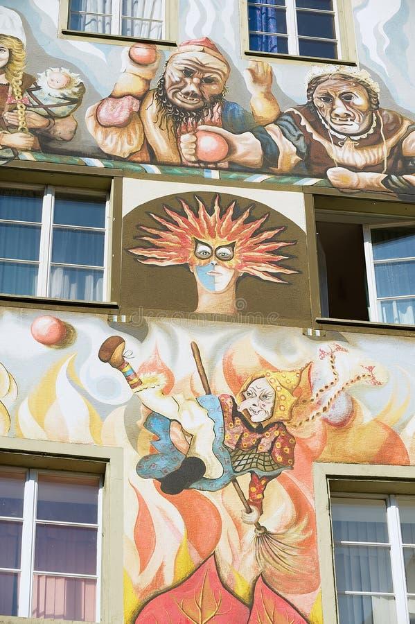 Yttersida av den gamla freskomålningen på den medeltida byggnadsväggen i Lucerne, Schweiz royaltyfria bilder