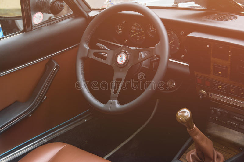 Yttersida av den gamla klassiska italienska bilen fotografering för bildbyråer