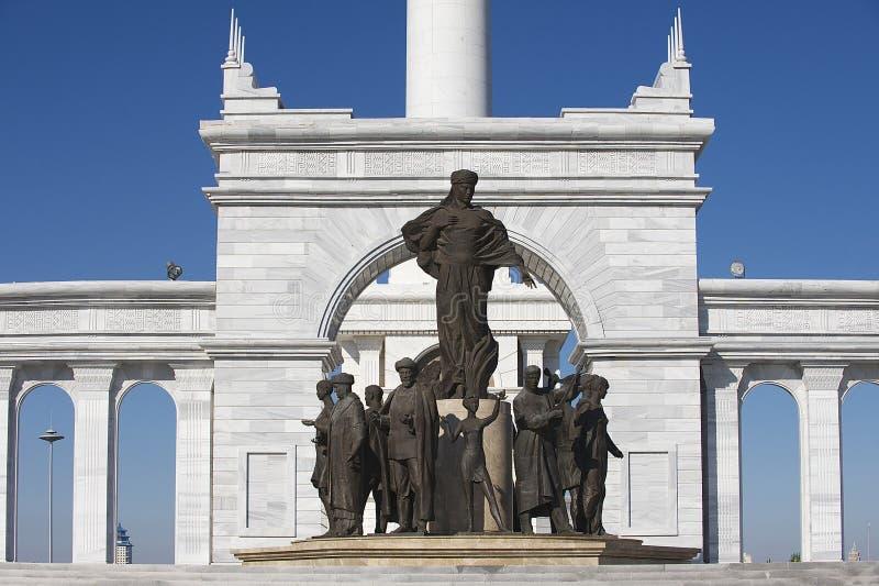 Yttersida av den härliga KazakhEli monumentet i Astana, Kasakhstan arkivfoton