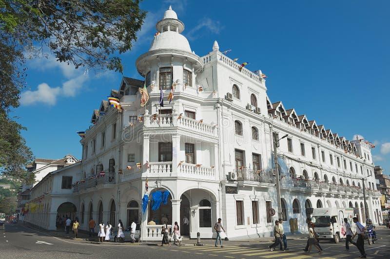 Yttersida av den historiska byggnaden av drottningens hotell i Kandy, Sri Lanka royaltyfri foto