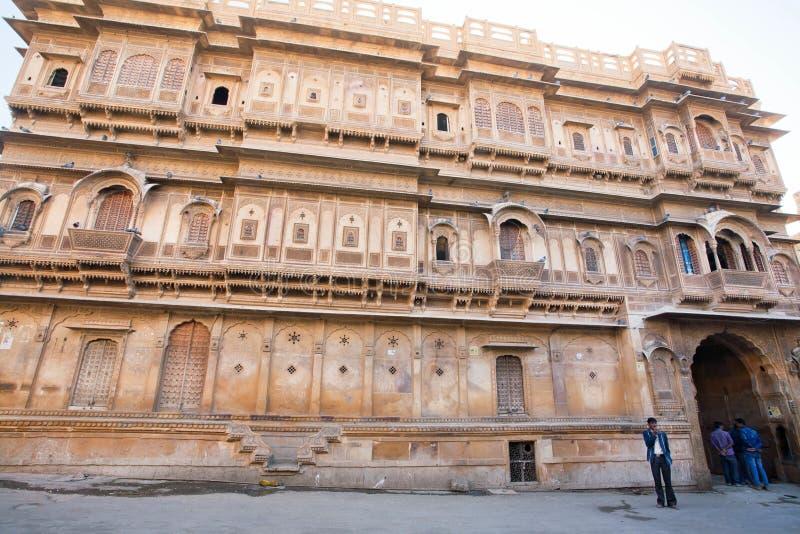 Yttersida av den historiska Haveli herrgården i Rajasthan arkivbilder