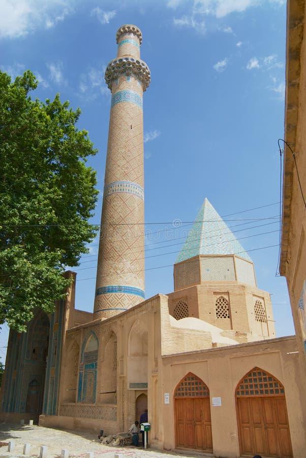 Yttersida av den historiska Natanz moskén med den elaborately dekorerade minaret i Natanz, Iran arkivfoto