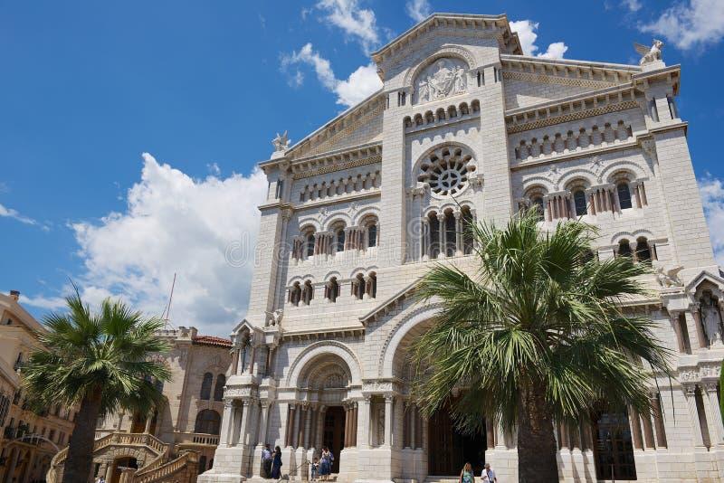 Yttersida av den Monaco domkyrkan (Cathedrale de Monaco) i Monaco-Ville, Monaco royaltyfri foto