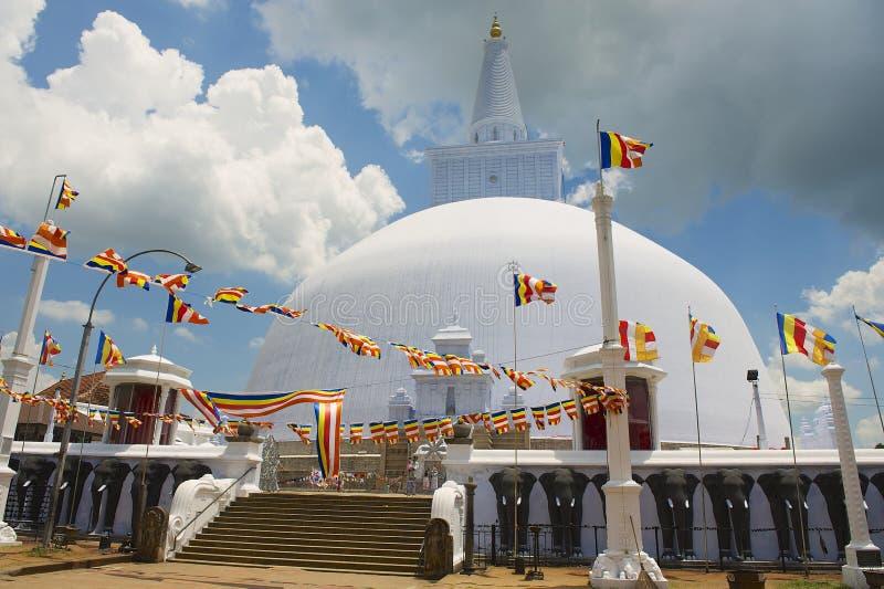 Yttersida av den Ruwanwelisaya stupaen i Anuradhapura, Sri Lanka royaltyfri foto