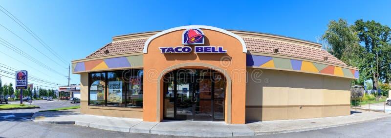 Yttersida av den Taco Bell snabbmatsrestaurangen med tecknet och logo arkivbild