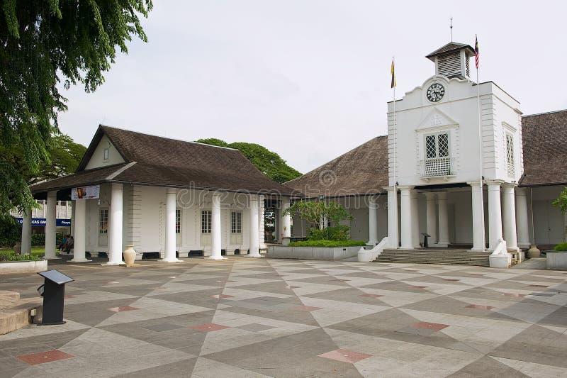 Yttersida av den vita koloniala byggnaden i Kuching, Malaysia royaltyfri bild