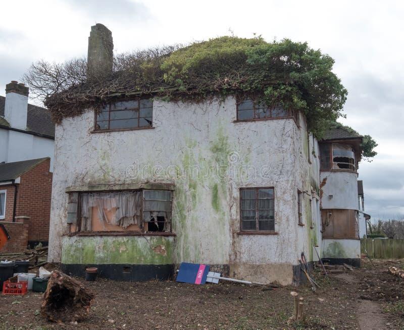 Yttersida av det övergivna huset som byggs i 30-taldecostil, harv UK royaltyfri foto