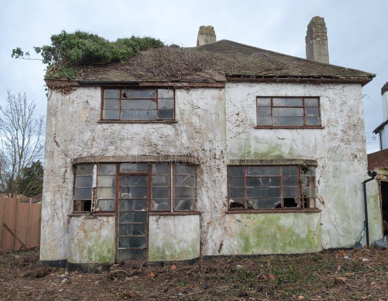 Yttersida av det övergivna huset som byggs i 30-taldecostil, harv UK royaltyfria foton