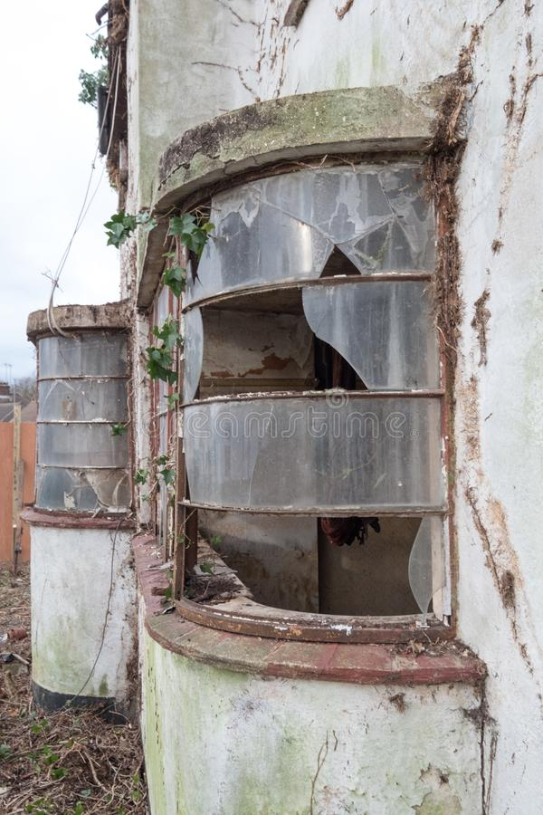 Yttersida av det övergivna huset som byggs i 30-taldecostil, harv UK arkivbild