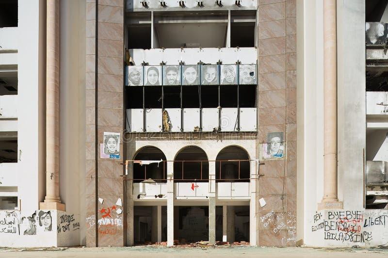 Yttersida av det demokratiska konstitutionellt samlar partibyggnad som fördärvas under den arabiska våren royaltyfri foto