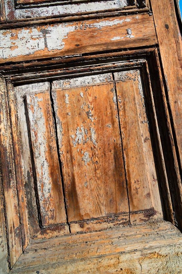 Yttersida av en gammal tr?d?rr arkivbild