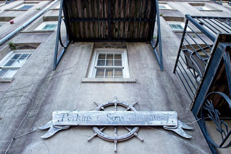 Yttersida av en historisk byggnad längs savannahen, Georgia riverfront royaltyfri foto