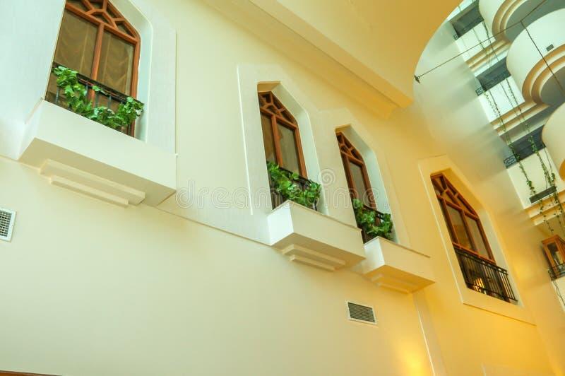 Yttersida av en lyxig byggnad för tappning fotografering för bildbyråer