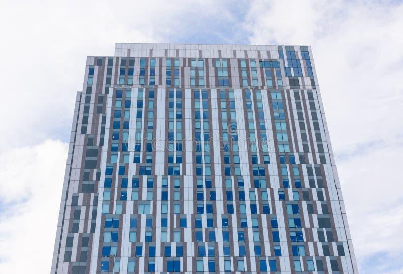 Yttersida av en modern höghushyreshus fotografering för bildbyråer