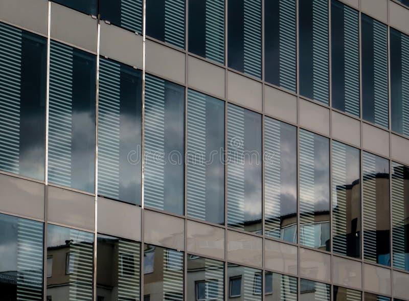 Yttersida av en ny modern företags byggnad fotografering för bildbyråer