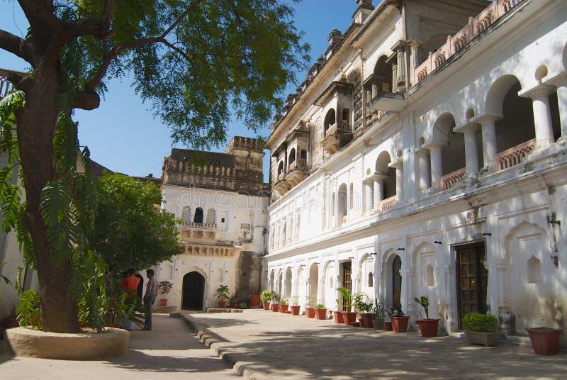 Yttersida av en vit målad byggnad för kolonial stil i Orchha, Indien fotografering för bildbyråer