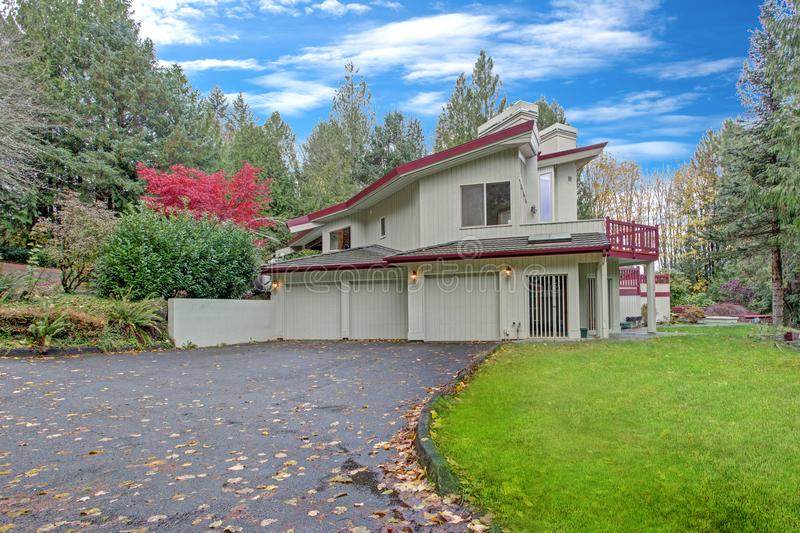Yttersida av ett lyxigt hem Sikt av den garageutrymmen och körbanan arkivfoton