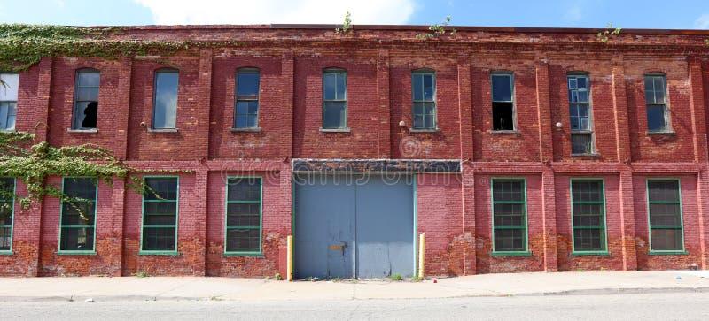 Yttersida av förstörd övergiven byggnad i Detroit royaltyfri bild