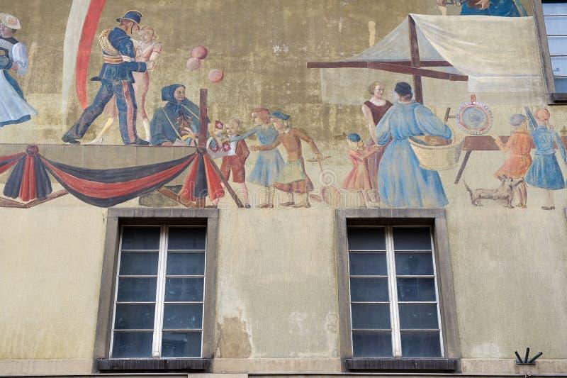 Yttersida av freskomålningen på den medeltida byggnadsväggen i Bern, Schweiz royaltyfri fotografi