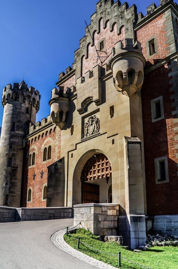 Yttersida av ingångsporten till den Neuschwanstein slotten royaltyfria bilder