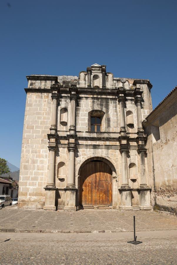 Yttersida av Las Capuchinas, århundradekyrka för th 18 och kloster fördärvar, i kolonial stadsUNESCOvärldsarv av Antigua arkivbilder