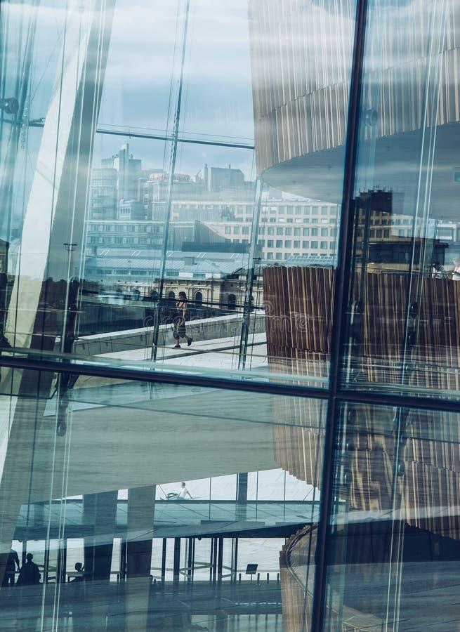 Yttersida av modern byggnad av den Oslo operahuset, Norge royaltyfri foto