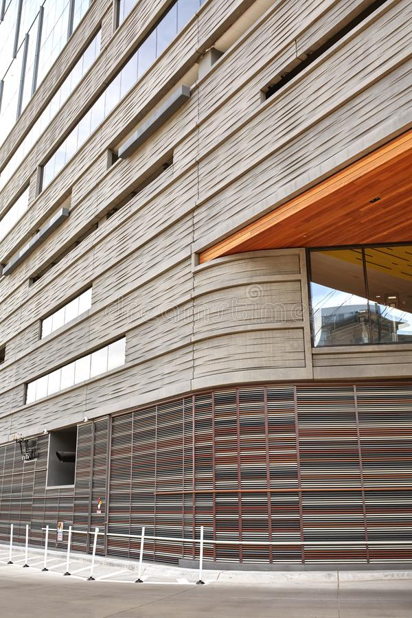 Yttersida av modern byggnad i i stadens centrum Denver, Colorado arkivfoto