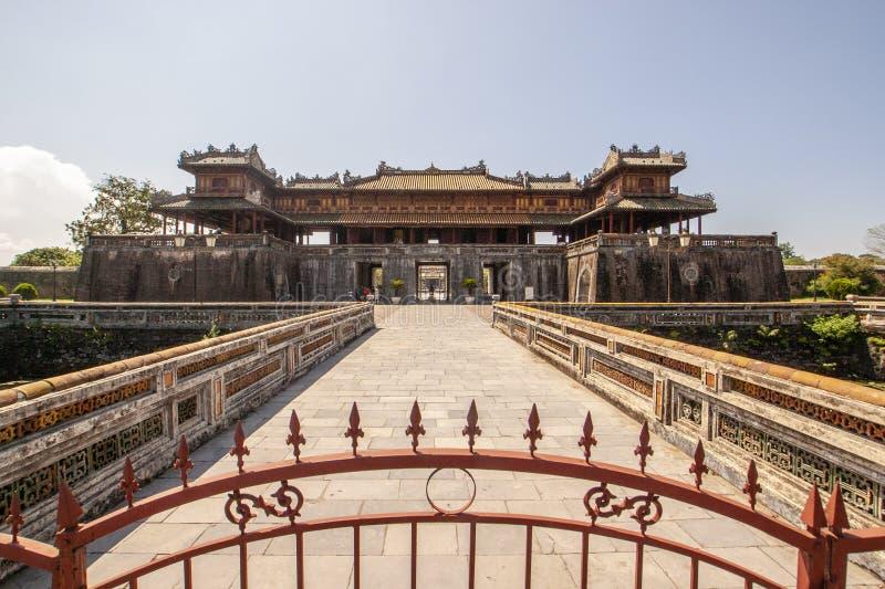 Yttersida av Ngo Mon Gate, del av citadellen i tidigare vietnamesisk huvudstad Hué, centrala Vietnam, Vietnam royaltyfri fotografi