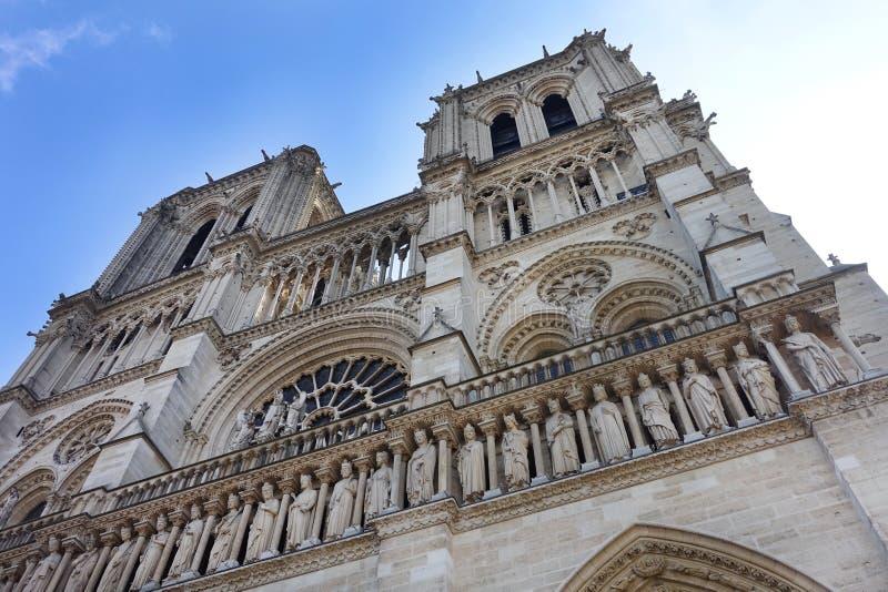 Yttersida av Notre Dame Cathedral Two Towers arkivbilder
