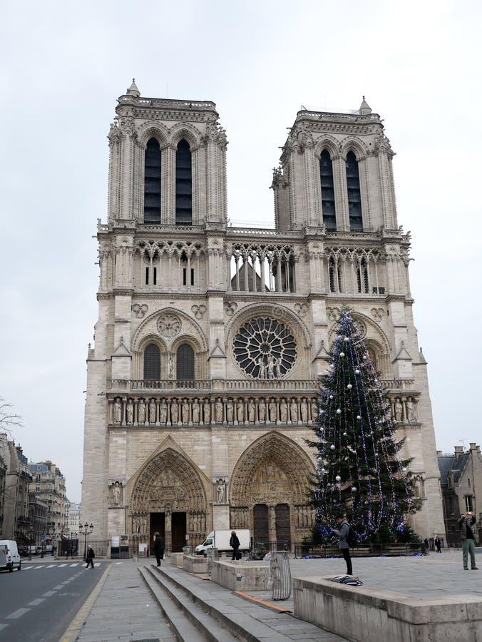 Yttersida av Notren Dame Cathedral i November i Paris arkivbild