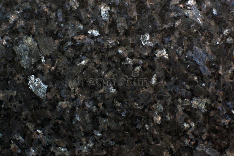 Yttersida av polerad granit i regnbågsskimrande plattor Emerald Pearl arkivfoton