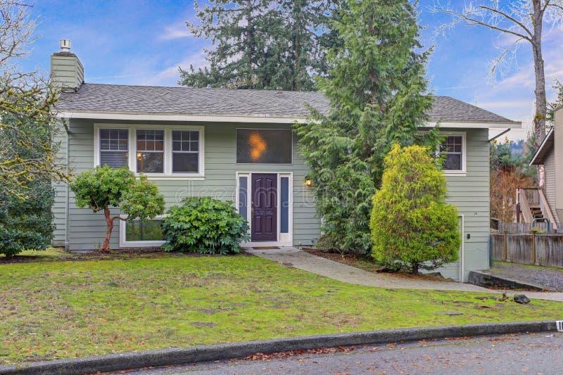 Yttersida av som utmärkt hem renoveras med grön siding- och vitklippning arkivfoto