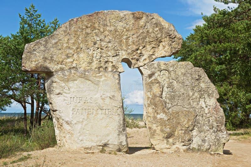 Yttersida av stenmonumentet till folk, som borttappat deras lifes på havet i Kolka, Lettland arkivfoto