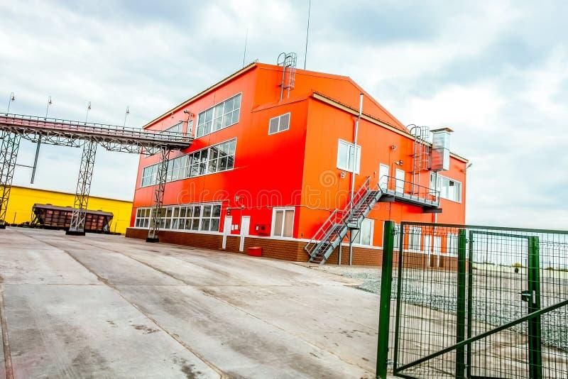 Yttersida av stor industribyggnad arkivbilder