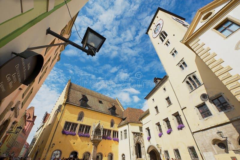 Yttersida av tornet och det historiska stadshuset med den blåa himlen över i Regensburg, Tyskland arkivbilder