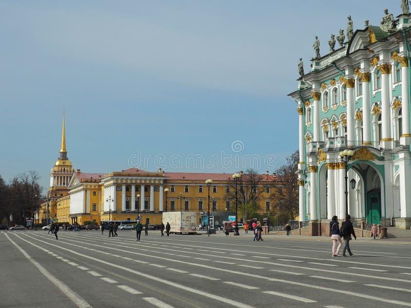 Yttersida av vinterslotten och Amiralitetet byggnad på en solig dag, St Petersburg, Ryssland royaltyfria foton