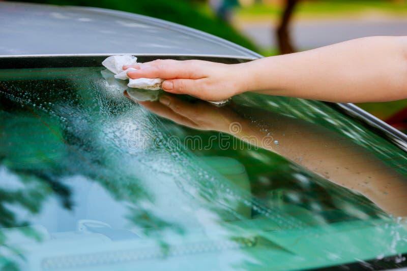 Yttersida för bil för kvinnahand torr torkande med microfibertorkduken, når tvätt royaltyfri fotografi