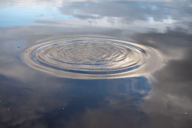 Yttersida f?r bl?tt vatten som en bakgrund V?gor p? yttersidan av vattnet royaltyfri fotografi