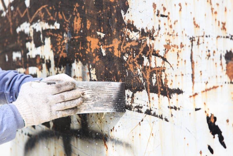 Yttersidaförberedelsen vid mursleven för tar bort gammal målarfärg royaltyfria bilder
