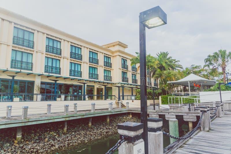 Yttre byggnad av den Marina Mirage shoppingmitten på gå royaltyfri bild