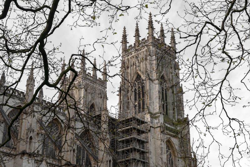 Yttre byggnad av den York domkyrkan, den historiska domkyrkan byggde på engelska gotisk stil som lokaliserades i stad av York, En arkivfoto